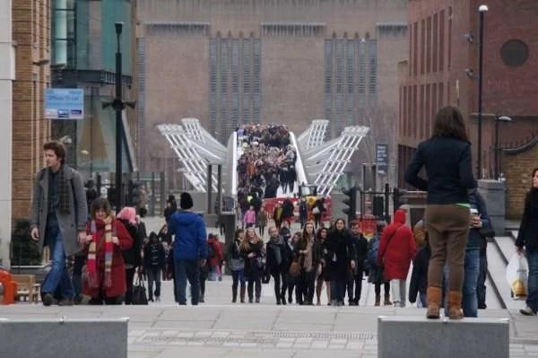 Turistas atravessando a Millennium Bridge