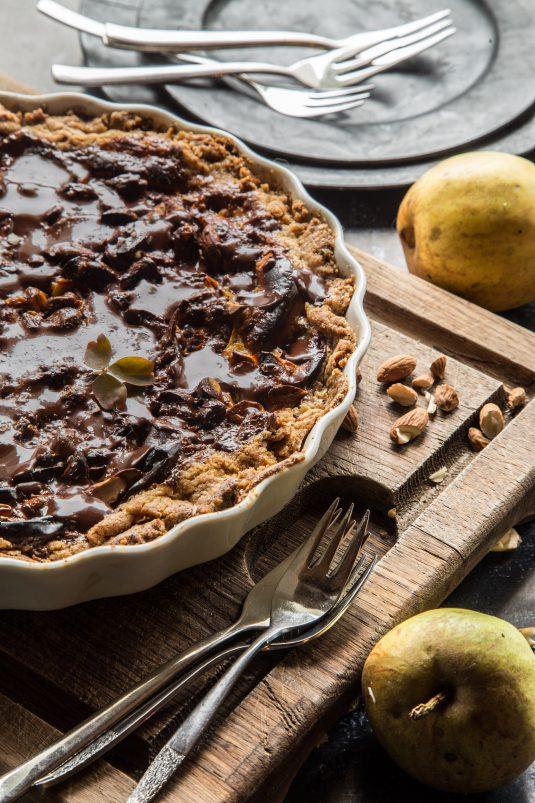 Karameltærte med æbler. chokolade og cappucino-marzipan