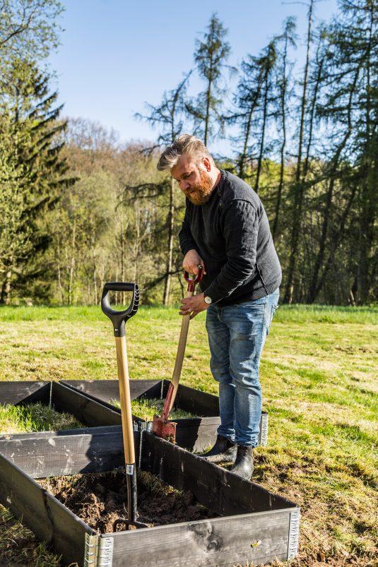Mikkel graver køkkenhave