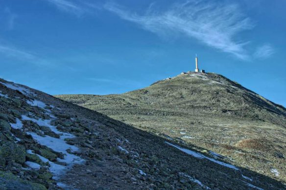 Wieża radiowa widziana ze szlaku