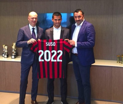 Suso con l'a.d. Fassone e il d.s. Mirabelli nel momento del rinnovo di contratto con il Milan