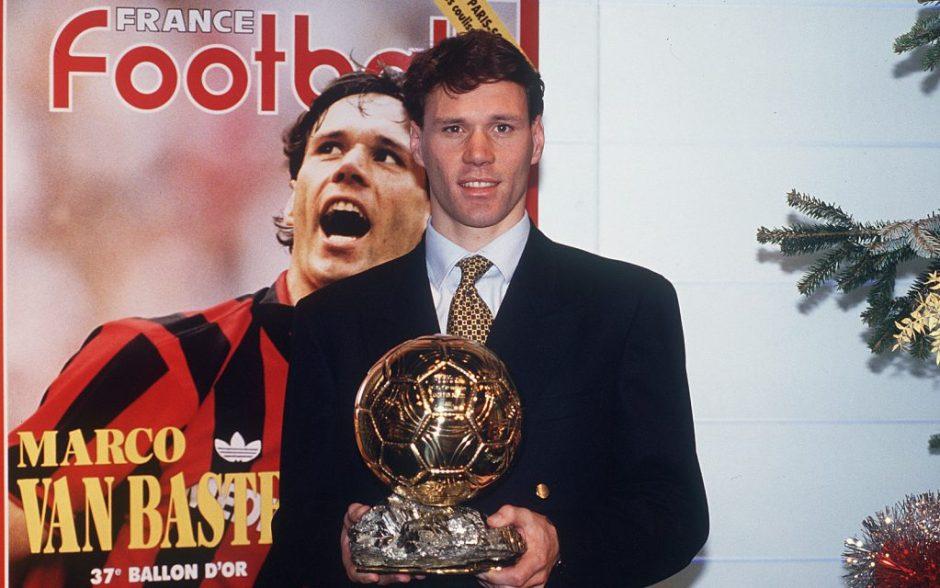 Marco van Basten posa con il Pallone d'Oro vinto nel 1992: è il terzo
