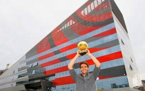 Kakà con il Pallone d'oro. Sullo sfondo Casa Milan