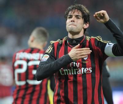 Kakà esulta dopo un gol con il Milan battendosi la mano sul cuore