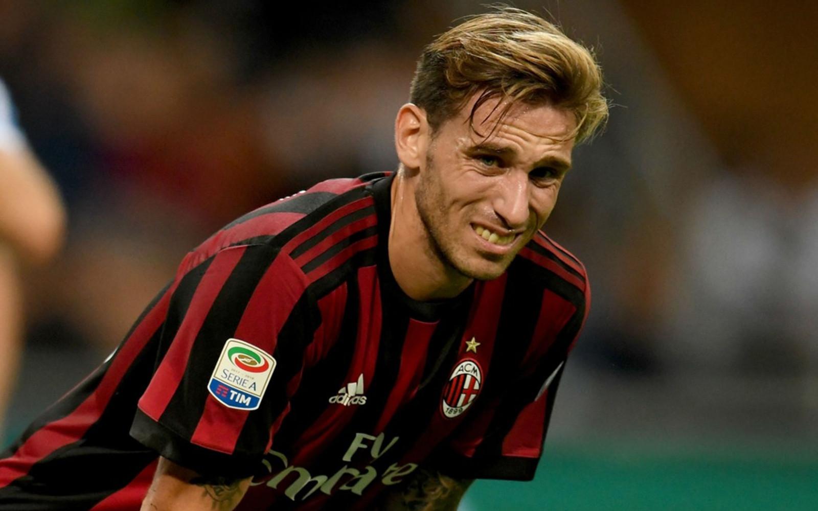 Lucas Biglia sofferente con la maglia del Milan