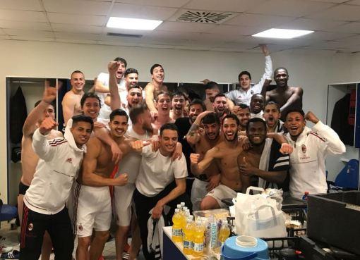 La festa rossonera nello spogliatoio dell'Olimpico dopo Lazio-Milan