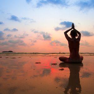 Uomo e natura yoga in spiaggia