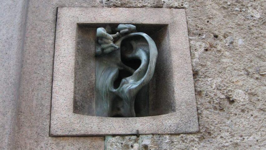 Luoghi insoliti di Milano: il palazzo con l'orecchio