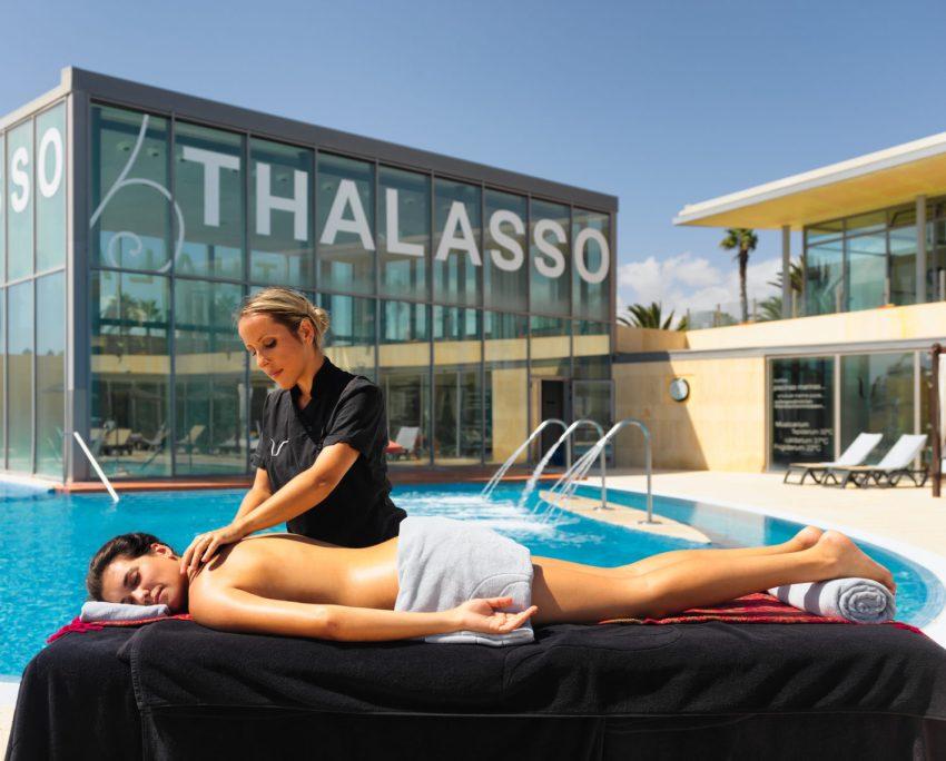 Massaggio a bordo vasca nella talasso spa del Barcelò Hotel di Fuerteventura