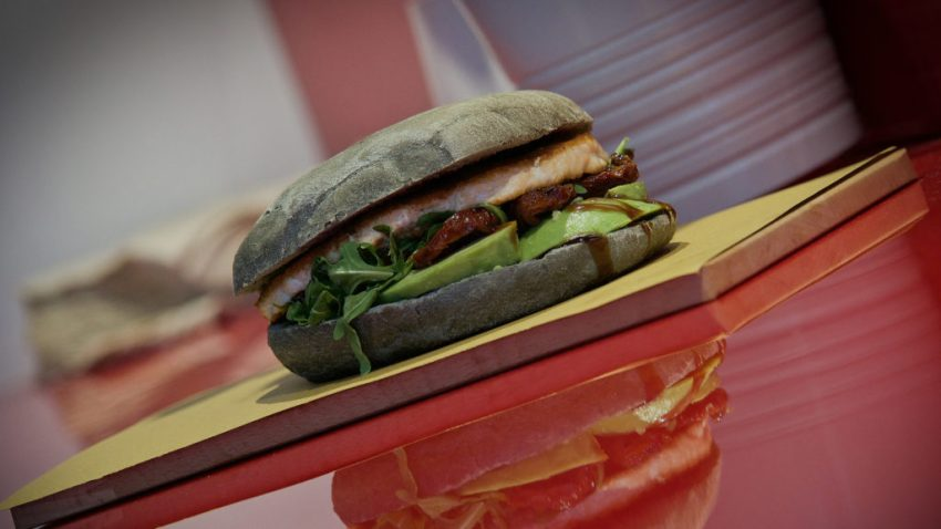 Fish Burger: da Trita c'è anche la variante marina con salmone, avocado, rucola, pomodoro e salsa teriaky