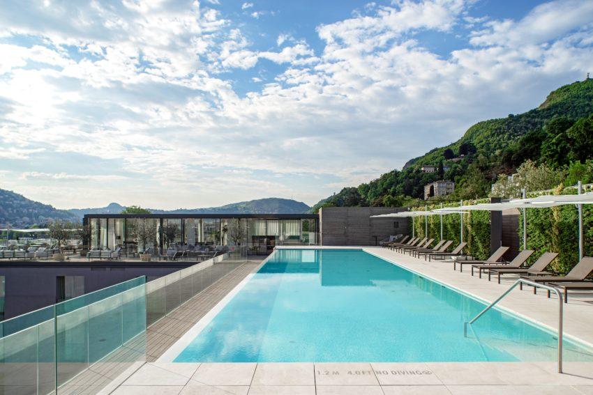 L'infinity pool sul rooftop dell'Hilton Lake Como
