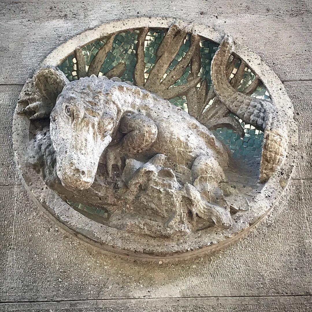 Un coccodrillo decorativo spunta sulla facciata dell'Acquario Civico di Milano