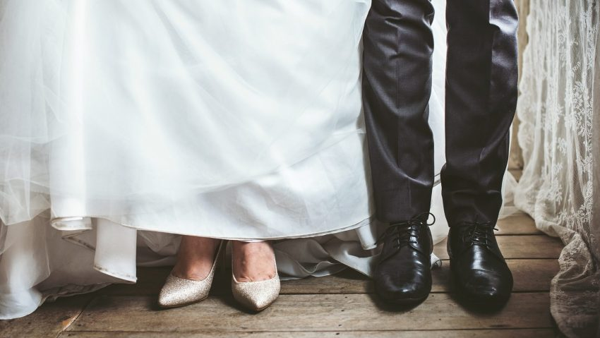 Sposi con calzature vintage