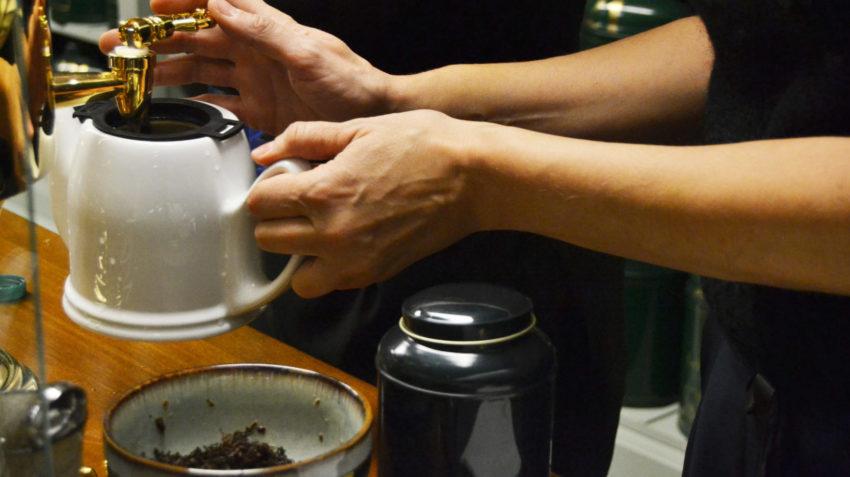 Il banco di preparazione del tè