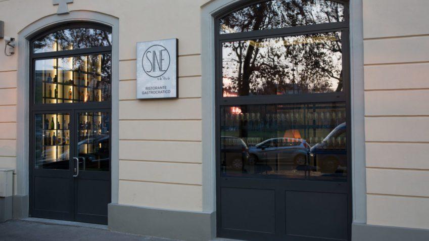 L'insegna e l'esterno di Sine, il nuovo ristorante dellex executive del Bulgari Milano