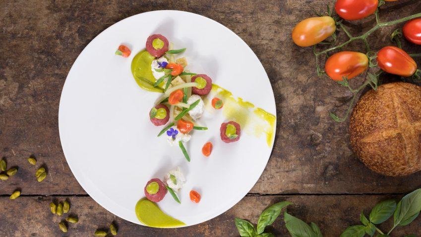 Si sceglie tra due menu a base di piatti del la tradizione rivisitati con estro da Takeshi Iwai