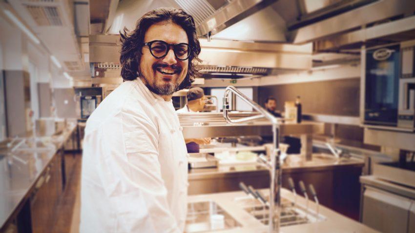 Lo chef ai fornelli del suo ristorante milanese