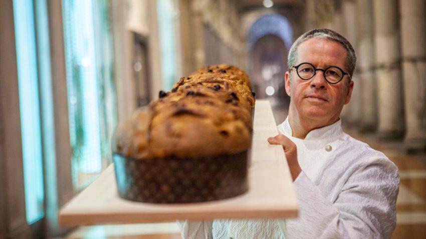 Lo chef con il suo panettone nel centro di Milano