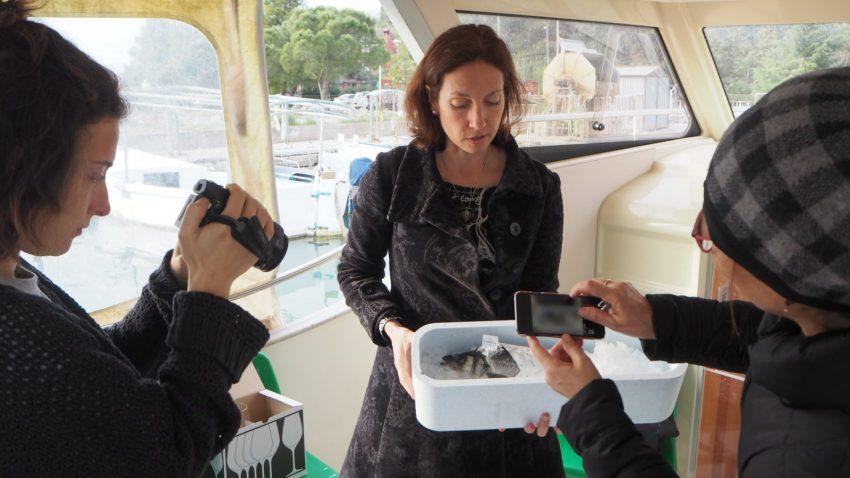Irina Fonda a bordo della sua barca in Slovenia