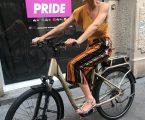 In sella a un'ebike Brinke per scoprire i preparativi di Milano Pride