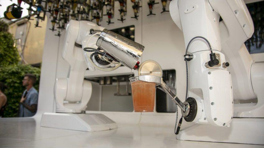 Due braccia artificiali come fossero un bartender in carne e ossa: preparano grandi classici e mocktail (zero alcol), ma anche drink creati dai clienti