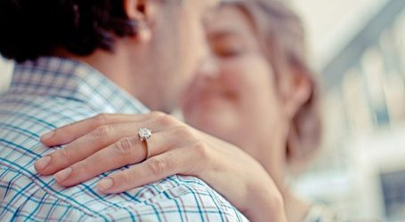 Anello di fidanzamento: consigli utili su come sceglierlo