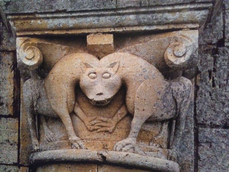 Abbazia di Sant'Antimo, particolare di un capitello della facciata, XII secolo, Montalcino