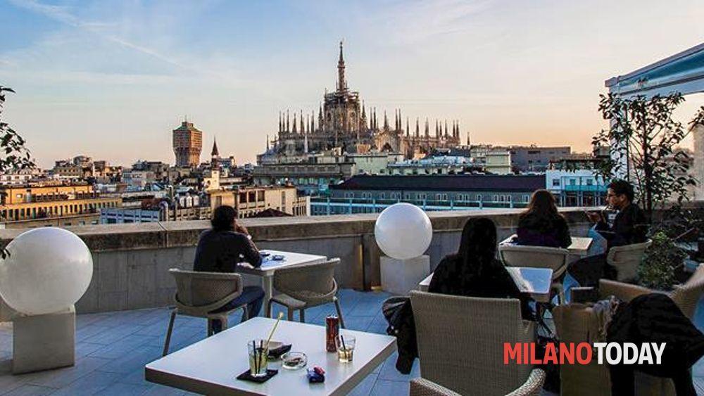 Festa sulla terrazza del Boscolo a Milano tramonto e musica Eventi a Milano