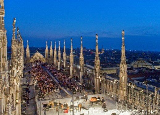 Un bar sulle terrazze del Duomo di Milano tra Madonnina e guglie  Milano Weekend