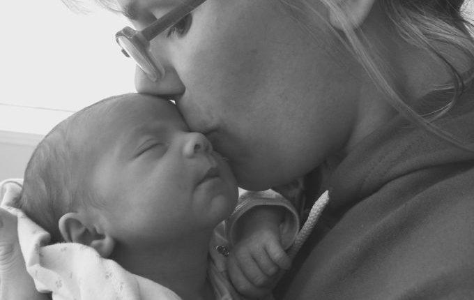 Baby genießt Mamas Nähe