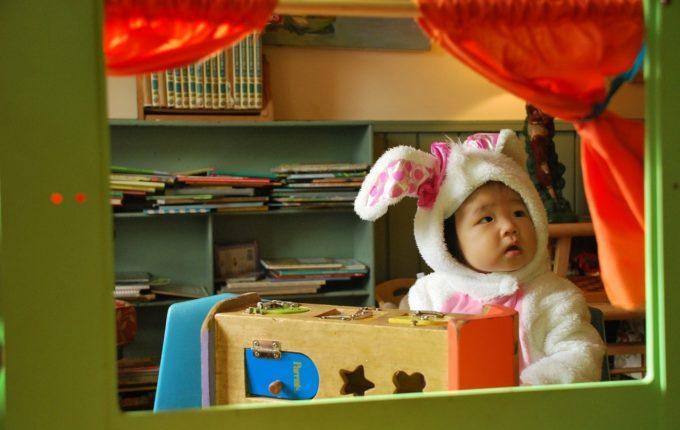 Baby schreit beim Anziehen - Kind im fetten Kostüm guckt verdutzt