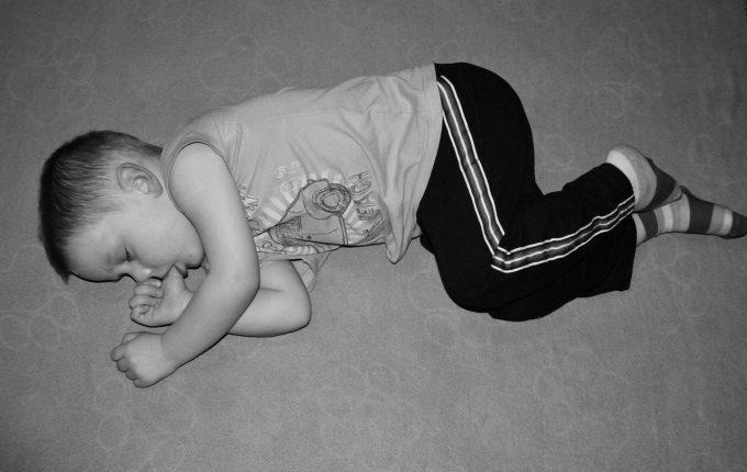 älteres Kind schläft mit Daumen im Mund