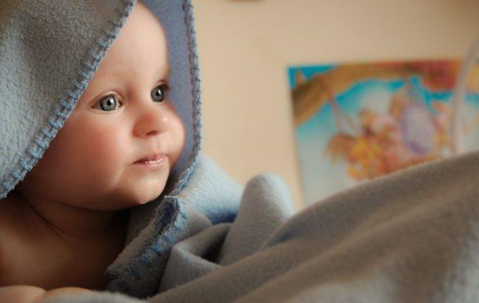 Mein Kind hat Soor - Baby eingewickelt in Badetuch