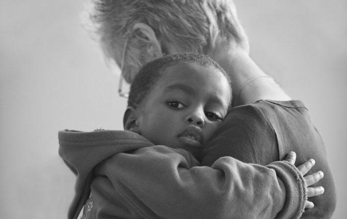 Warum weint mein Baby - Frau tröstet Kind