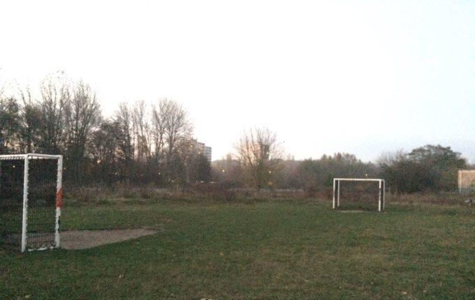 Spielplatz in der Zossener Straße - Fußballfeld mit zwei Toren