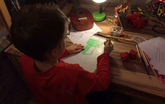 Schrumpffolie - Kind zeichnet auf Schrumpffolie