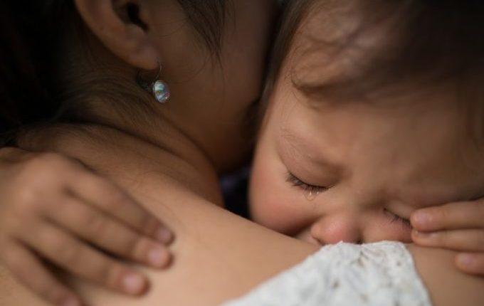 Wo ist meine Mama - weinendes Kind wird von Mutter getröstet