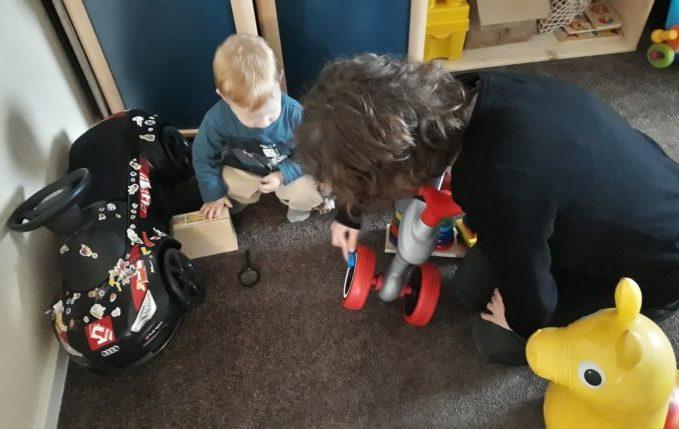 12 von 12 - April 2017 - Kind spielt mit Babysitterin