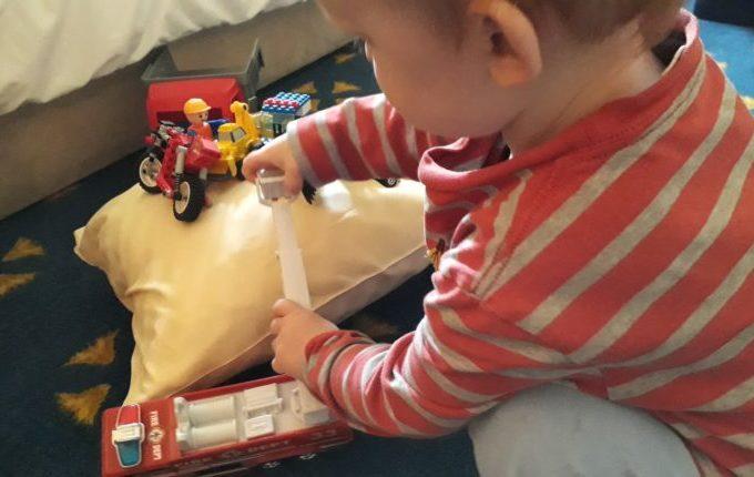 12 von 12 - Mai 2017 - Kind spielt mit Autos