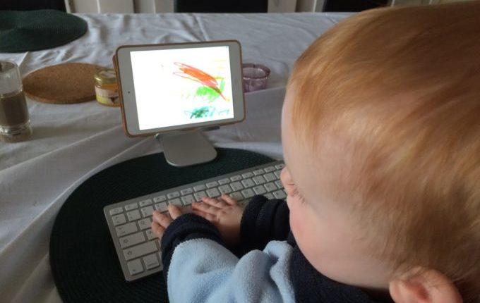 Treffen sich ein Kind und ein Tablet - Kind malt und schreibt auf Tablet