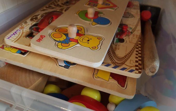 Kiste mit Holzspielzeug