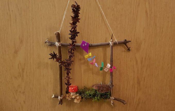 Türschild Naturbild für den Herbst mit Baum, Drachen, Igel, Fliegenpilz, Moos und Holz