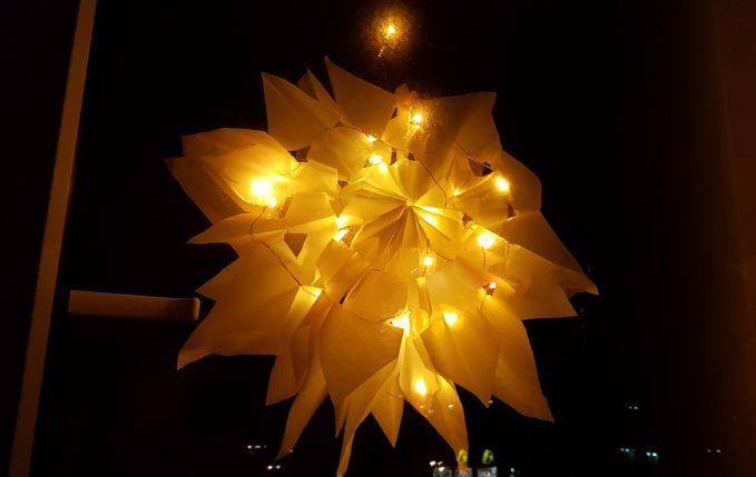 selbst gebastelter Weihnachtsstern mit Lichterkette