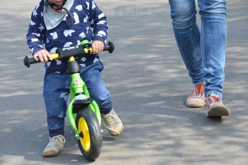 Laufrad fahren lernen mit zwei Jahren