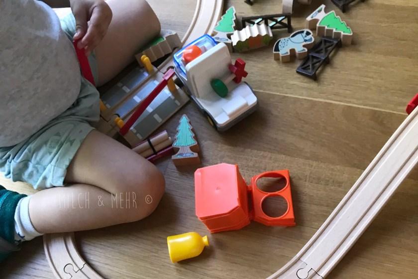 Brio Eisenbahn mit Kleinkindern aufbauen