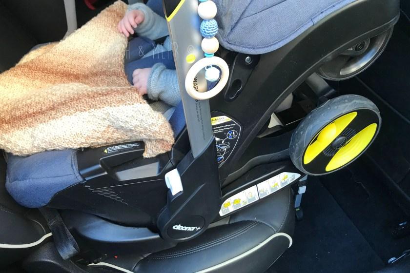 Doona Babyschale im Auto mit Isofix