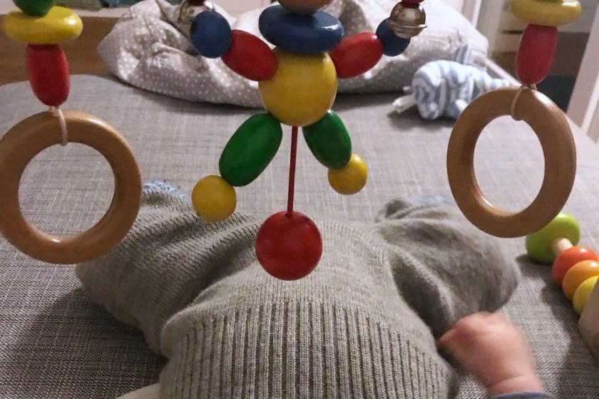 WIB #kw49 8 Wochen altes Baby spielt