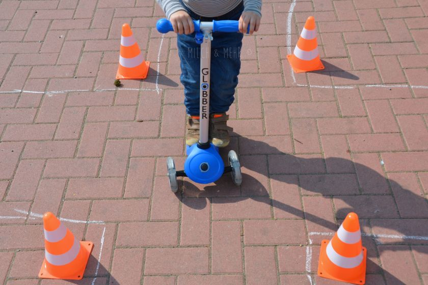 Motorik und Koordination spielerisch trainieren Rollerfahren