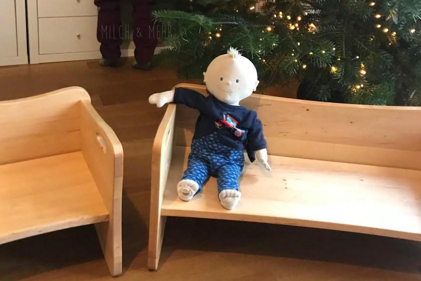 Puppe Kruemel vor dem Weihnachtsbaum