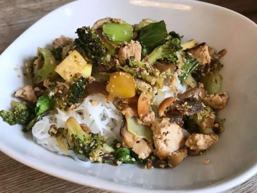 Mittagessen Tofu Gemuese Erdnusssauce